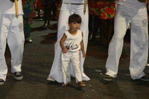 Dá licença que vem chegando a capoeirista na avenida...