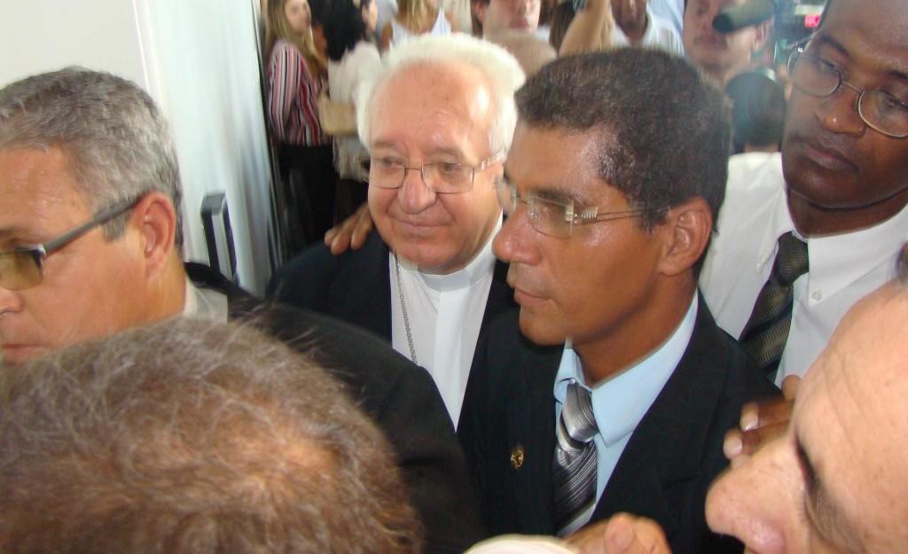 Bispo e presidente da Câmara são barrados pelo cerimonial (Foto Pimenta na Muqueca)