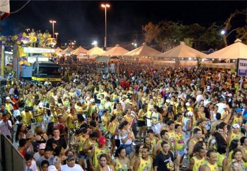 Festa reúne até 80 mil pessoas por noite na Passarela do Álcool
