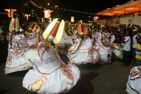 Carnaval ilheense abriu espaço para blocos afro e escolas de samba.