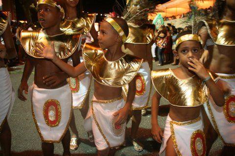 Na alegria sem limites, elas, as crianças, são as donas da Soares Lopes.